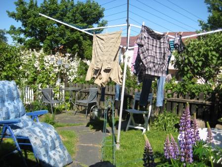Solstol och tvätt som torkar i solen = sommar