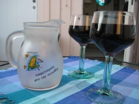 Karaff och två glas vin