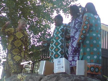 Fyra modeller i afrikanska kläder